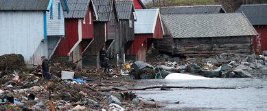 SKODJE 20111226.Fjæresteinene i Sjøholt er overstrødd med vrakgods 2. juledag, dagen etter at stormen Dagmar herjet langs kysten.Foto: Robert Kleiven / Scanpix